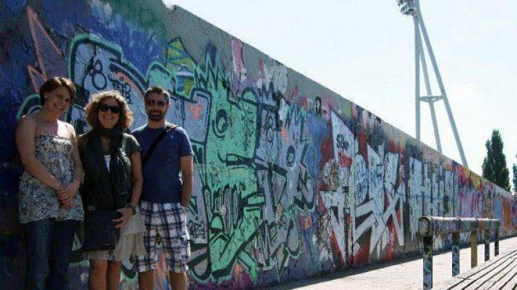 Berlin entdecken und Freundschaften schließen: Greeterin Miki (links) mit zwei Besuchern aus Italien im Prenzlauer Berg.