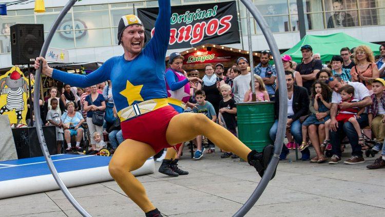 Beim 8. Internationalen Straßenfestival wird gelacht, viel und um jeden Preis.