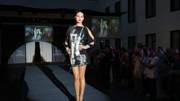 """Das Hotel Moa Berlin lud unterdessen zum Warm-up für die Fashion Week - in Form einer Modenschau von Marina Reimann, die zum Thema """"Berlin Licht und Schatten"""" mit dem Künstler Michael Dyne Mieth kollaborierte. Hier eines ihrer Models ..."""