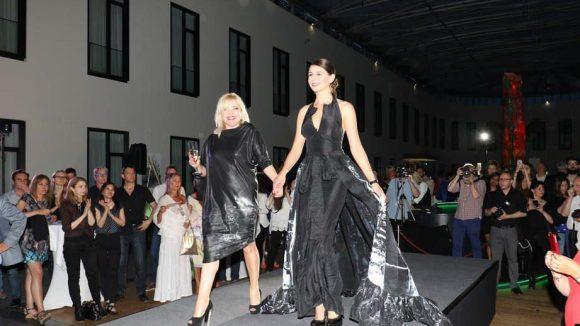 ... bevor sich am Ende Designerin Marina Reimann (l.) ihren verdienten Applaus abholte.