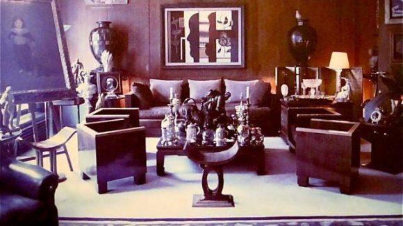 """Ein Foto aus dem Bildband """"Paris Living Rooms"""" zeigt, wie Yves Saint Laurent sein Wohnzimmer einrichtet...oder vielleicht auch einrichten lässt."""