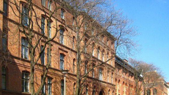 Auf dem Foto sieht man die drei Haupthäuser der St.-Hedwig-Kliniken. Ein ähnliches Gebäude wird jetzt für die Flüchtlinge zur Verfügung gestellt.