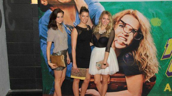 Da freuen sich nicht nur die Fotografen: April-Playmate Jessica Czarkon (r.) mit ihren Freundinnen Vicky und Lisa.