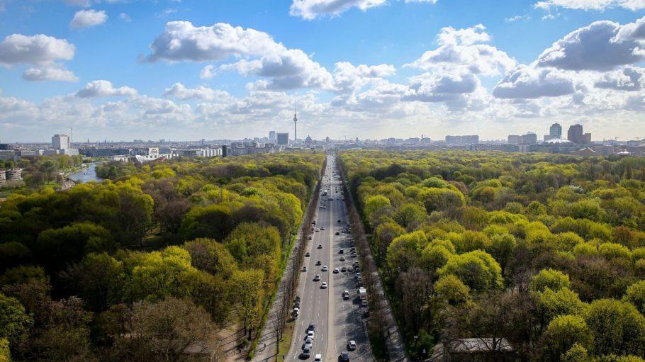 Berlin ist von oben wunderschön und grün. So wie hier mit einer Luftaufnahme über dem Berliner Tiergarten.
