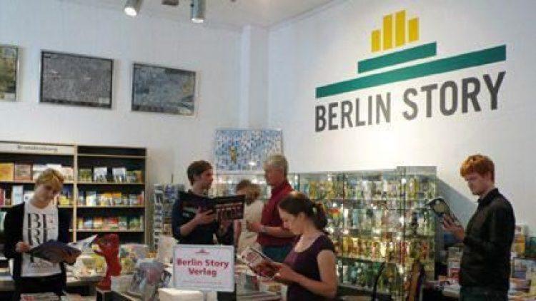 """Rund 3000 Bücher gibt es in der Buchhandlung """"Berlin Story"""", in der sich alles um das Thema """"Berlin"""" dreht."""