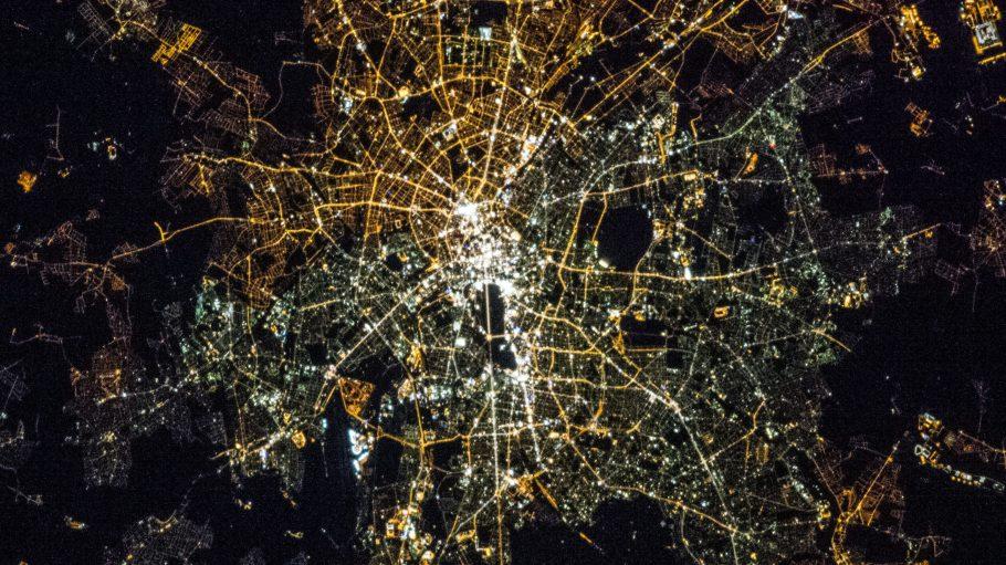 Nichts für Menschen mit Höhenangst! Das nächtliche Berlin aus 400 Kilometern Entfernung.
