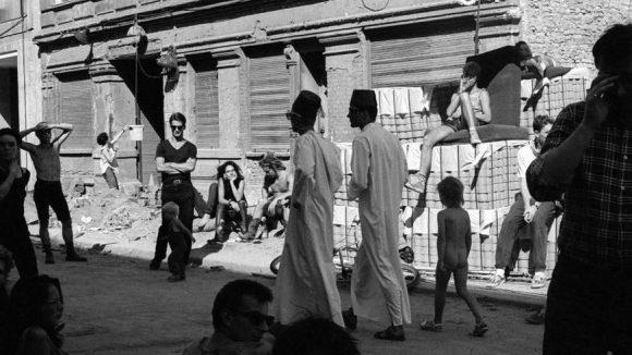 """Eine Aufnahme von Ben de Biel aus dem Bildband """"Berlin Wonderland"""". Sie zeigt eine Hausbesetzung im Jahr 1990 in der Kinzigstraße."""