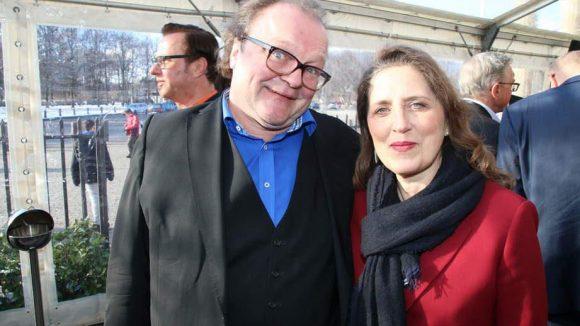 Ein fröhlicher Produzent, Stefan Arndt von X-Filme, posiert mit Filmfördererin Petra Müller.