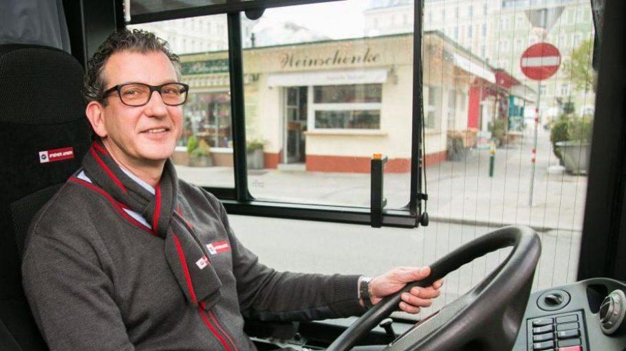 """Wiener Schmäh trifft auf Berliner Schnauze: Der """"Buslenker"""" und Hauptstädter Daniel Winter ist der beliebteste Öffi-Fahrer in Österreich."""