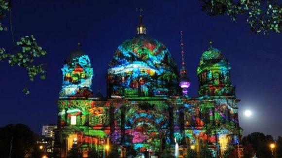 So sieht man den Berliner Dom am Lustgarten auch nicht alle Tage: Bunt erleuchtet und gemustert beim Festival of Lights.