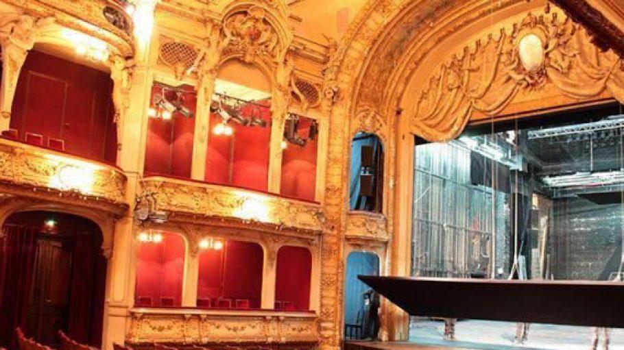 Eines der Fotos aus dem Buch: der Saal des Berliner Ensembles. Spätestens seitdem Bertholt Brecht das Theater leitete, ist es weltweit berühmt.