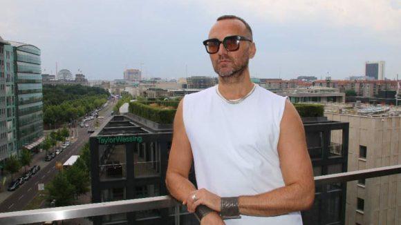 """Schauspieler und Veganer Hubertus Regout (""""Verliebt in Berlin"""") genießt bei der Party der ökologisch orientierten Agentur Ecoist den Ausblick von der Dachterrasse."""