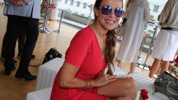 Kollegin Sonja Kirchberger in angesagtem Rot.