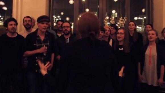 Das Singen im Chor ist nur etwas für alte Leute? Von wegen! Der Berliner Kneipenchor versammelt viele junge Menschen zum gemeinsamen Musizieren und Kneipen abklappern.