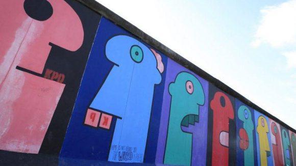 Nicht nur in Berlin, auch in Florida hat Künstler Thierry Noir Stücke der Berliner Mauer gestaltet.
