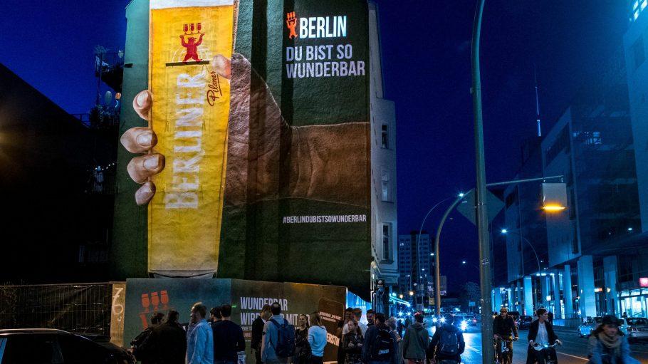 Groß, größer, Berliner Pilsner! Dieses riesige Mural kannst du in Mitte bestaunen.