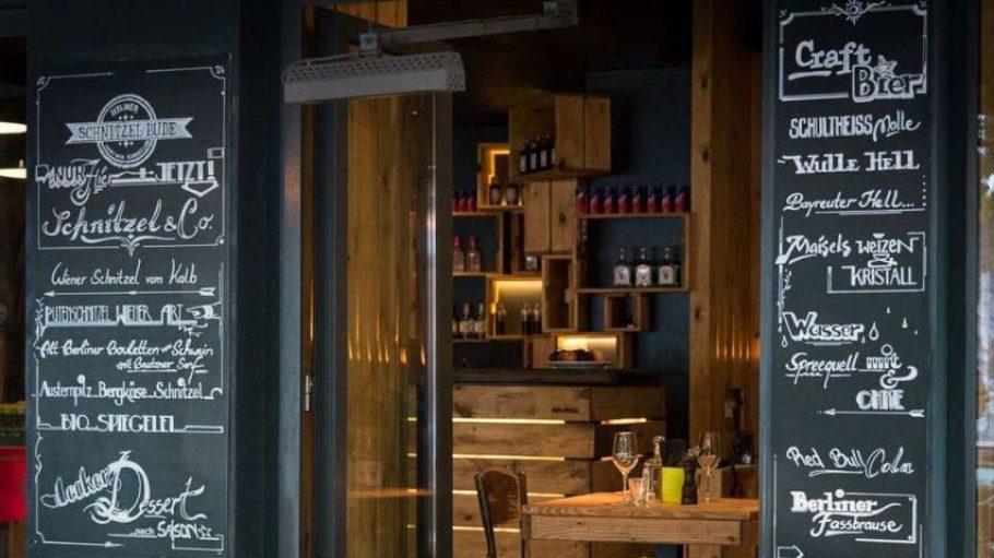 Holz drinnen, Plätze draußen und eine mit Liebe und Schmackes gestaltete Karte: die Berliner Schnitzel Bude liegt gegenüber vom Tacheles und hat einen prominenten Besitzer.