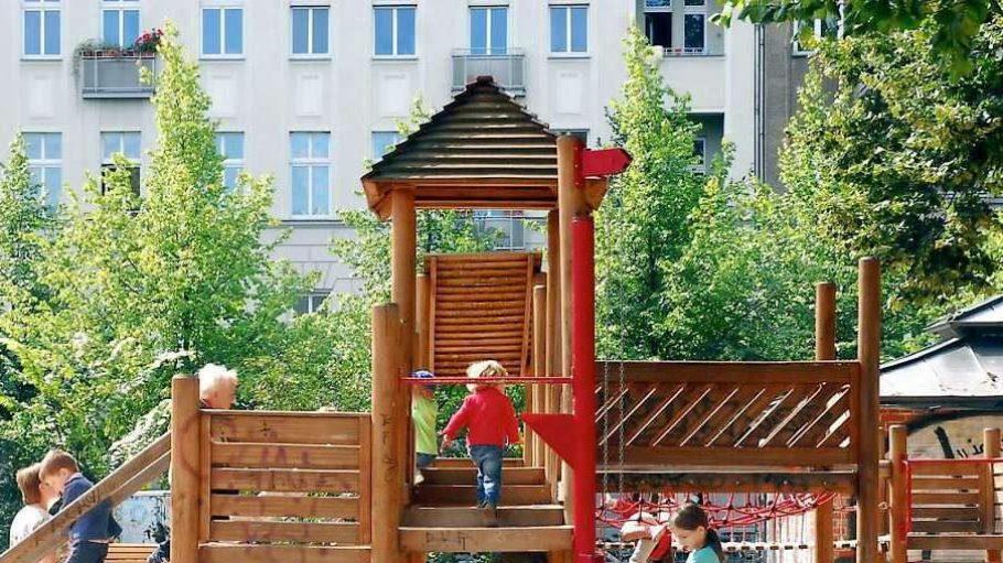 Achtung, spielende Kinder! In Lankwitz wehren sich Anwohner gegen einen Spielplatz, der Lärm ist Ihnen zu viel.