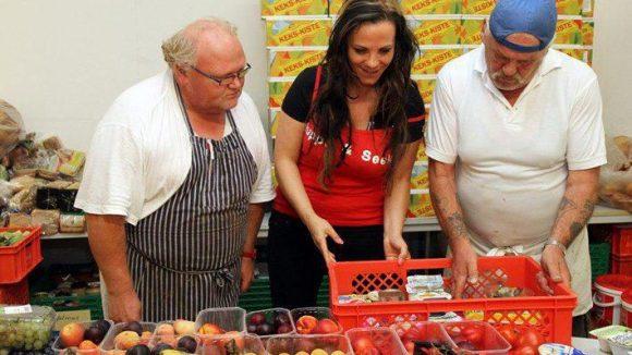 Die Berliner Tafel verteilt Lebensmittel an Bedürftige und klärt über den richtigen Umgang mit frischen Lebensmitteln auf. Bis Ende Januar kann die Organisation mit dem Kauf einer Suppe unterstützt werden.