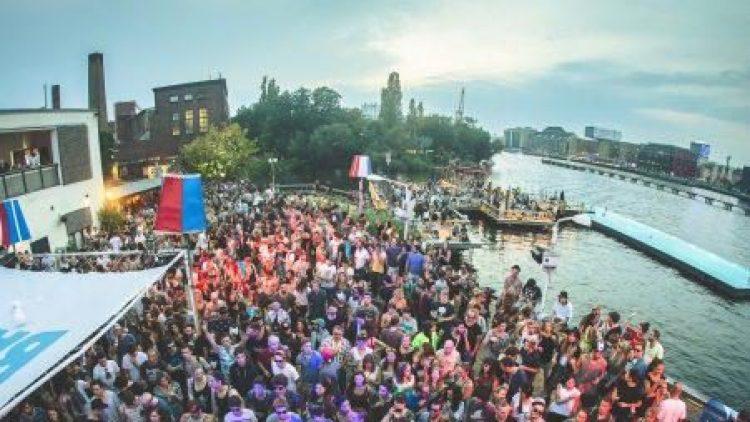 Das Berlin Festival im Arena Park, mit dabei das Badeschiff.