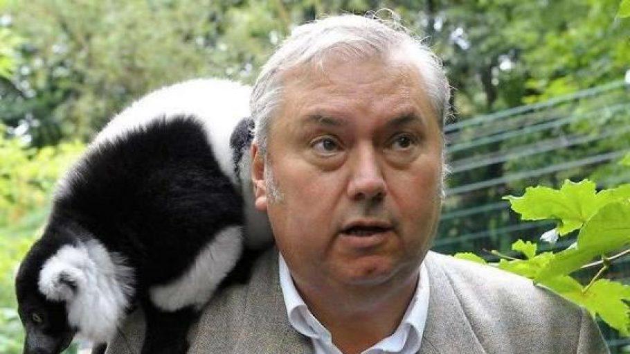 Bernhard Blaszkiewitz, hier mit einem aus Madagaskar stammenden Vari, ist seit 2007 Direktor von Zoo und Tierpark Berlin.