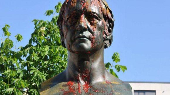 """Die sichtbare Schwabenfeindlichkeit in Berlin hält an: Die Statue des schwäbischen Philosophen G.W.F. Hegel am Hegelplatz in Mitte wurde mit Currywurst beschmiert - von der Gruppe """"Schwaben ausbürgern""""."""