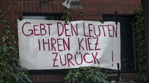 Dieses Transparent hing am 2. Juli noch an einem Haus ganz in der Nähe der Schule.