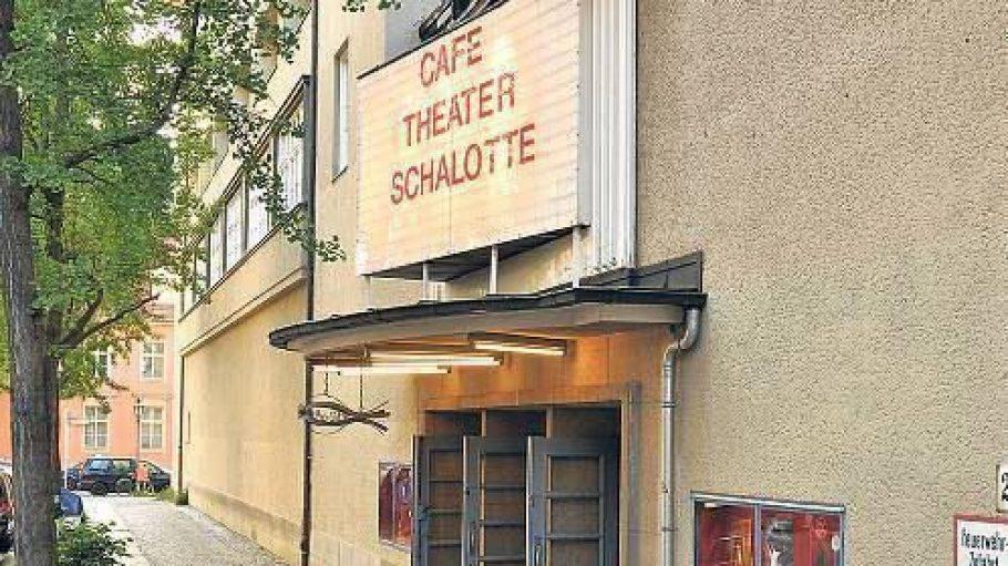 Besonders von außen und im Foyer erinnert das Theater noch an seine Vergangenheit: Es wurde 1933 als Kino eröffnet.