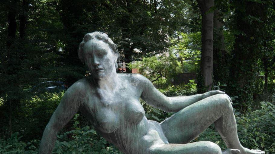 Im Park des Geog Kolbe Museum räkeln sich schöne Frauen ...