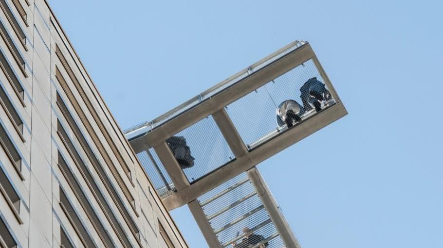 """Besucher auf dem Balkon des neuen Marzahner """"Skywalks""""."""