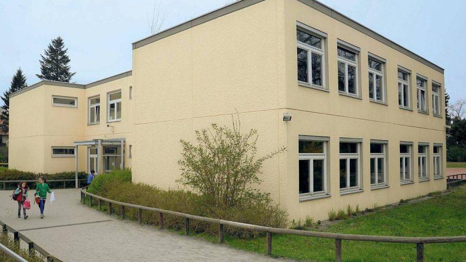 Betreten verboten. Einer der gesperrten Schulbauten in Steglitz-Zehlendorf. Neben der Mühlenau-Grundschule sind im Bezirk noch die Kronach und die Sachsenwald-Grundschule betroffen. In anderen Bezirken gibt es den gleichen Gebäudetyp.