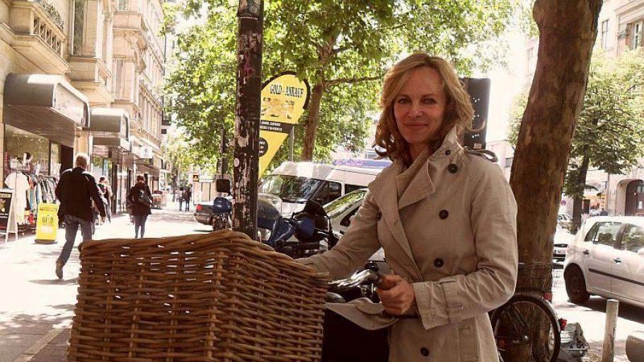 """Nicht nur in ihrer Sendung """"Stadt, Rad, Hund"""" mit dem Fahrrad unterwegs: Bettina Rust."""