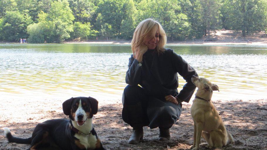 Immer schön aufmerksam! Bettina Rust mit ihrer Hündin Elli und Dando.