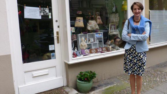 """Von den handgefertigten Taschen des Labels DODO auf der Pestalozzistraße ist Bettina Schenk ein großer Fan. """"Hier habe ich für die Kollegen schon kleine Geschenke anfertigen lassen"""", sagt sie."""