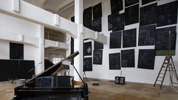 """Stumme Lautsprecherboxen gehören zur Installation """"Das Kapital""""."""