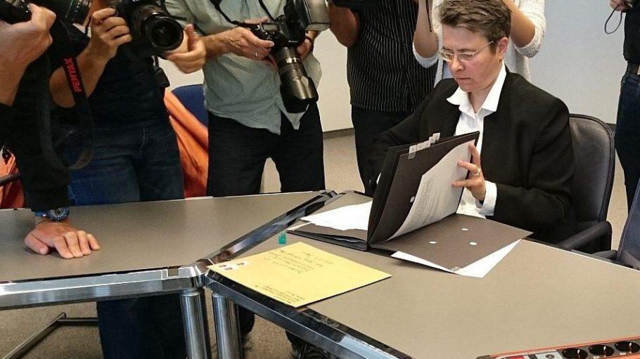 Ein historischer Moment? Das Medieninteresse war jedenfalls gegeben, als Bürgermeisterin Monika Herrmann im Bezirksamt Friedrichshain-Kreuzberg den Antrag zum kontrollierten Verkauf von Cannabis unterschrieb.