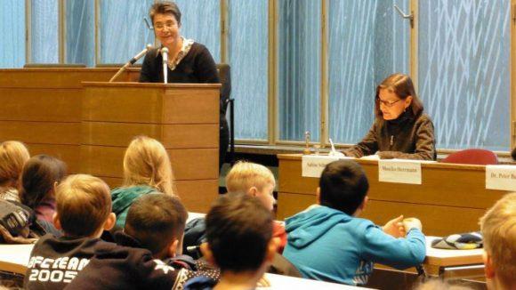 Bezirksbürgermeisterin Monika Herrmann begrüßt freudestrahlend ihre Besucher.