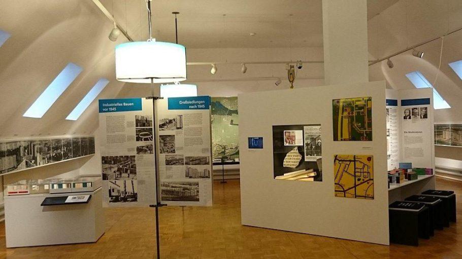 Im Dachgeschoss von Haus 2 des Bezirksmuseums wird man in angenehmem Ambiente über die letzten 40 Jahre der Geschichte von Marzahn-Hellersdorf informiert.