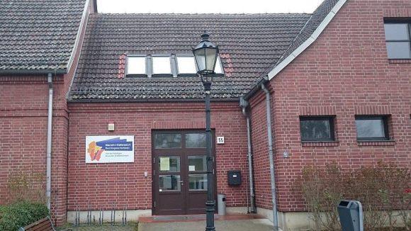 Der Eingang von Haus 2 liegt in Sichtweite der bekannten Marzahner Bockwindmühle.