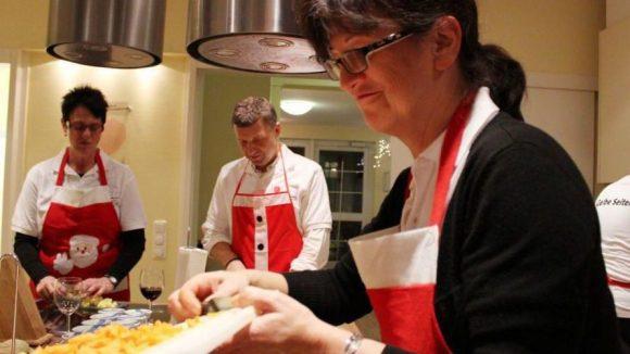 Das Koch-Team beim Zubereiten eines Drei-Gänge-Menüs.