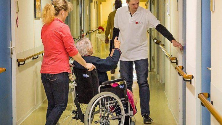 Kurz vor dem 1. Advent besuchten 14 Mitarbeiter des BFB BestMedia4Berlin Verlags ein Pflegewohnheim in Hellersdorf und beteiligte sich in verschiedenen Bereichen an der Arbeit.