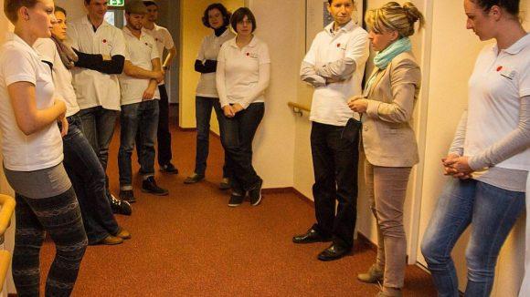 Kathrin Seidemann, die Leiterin des Wohnparks, führte die Gäste nach dem Mittagessen durch das Gebäude.