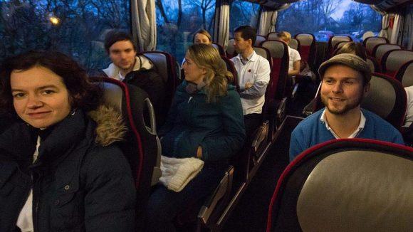 Am Nachmittag bestiegen Helfer und Bewohner einen Bus ...