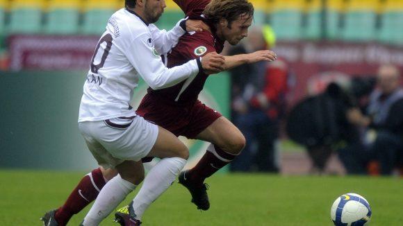 Das Spiel des BFC Dynamo gegen den 1. FC Kaiserslauterns: Norbert Lemcke von Dynamo (r.) ist im Zweikampf mit Olcay Sahan.