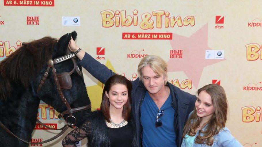 Bibi (Lina Larissa Strahl, rechts) und Tina (Lisa-Marie Koroll) mit Regisseur Detlev Buck. Ob das Pferd links im Bild nun Amadeus oder Sabrina ist, konnten wir leider nicht herauskriegen ...