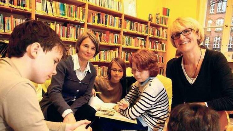 """Bibliothekarinnen aus Leidenschaft. Susanne Dorén (2. von links) und Gaby Kühn-Mörsberger (rechts) haben vor zehn Jahren mit anderen Eltern die """"Lesefisch""""-Bücherei an der Halensee-Grundschule gegründet."""