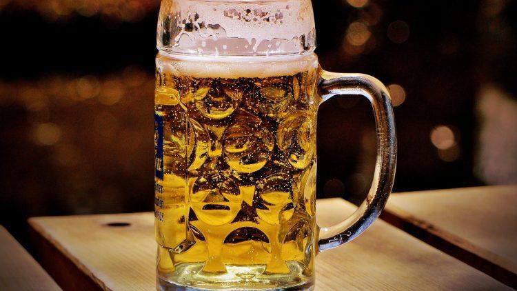 Im Cafè Barfly in Spandau kannst du nun bei einem Bier über Gott und die Kirche reden.