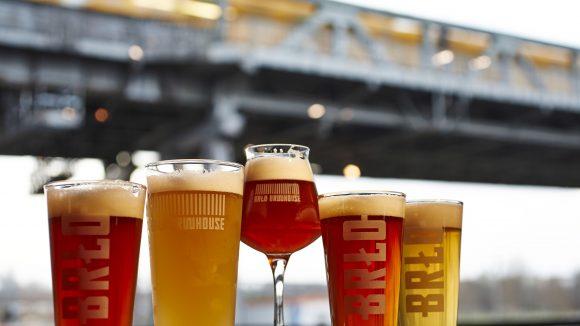 Bier aus der Berliner Brlo Brauerei trinkst du stilecht im eigenen Brauhaus am Gleisdreieck.