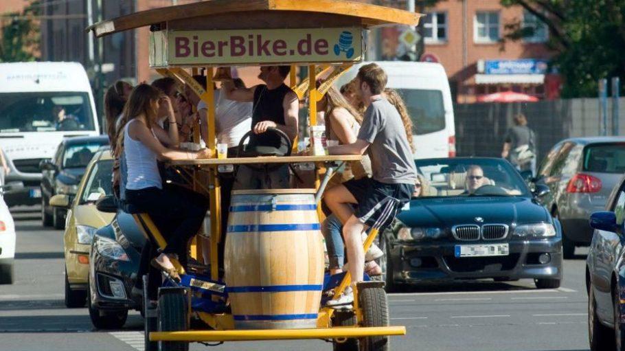 Harmloser Spaß oder ärgerliches Hindernis? Ein Bier-Bike in Berlin-Mitte.