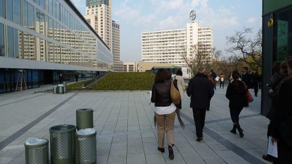 Die begrünte Dachterrasse des Bikini orientiert sich am Vorbild des High Line Parks in New York. In den Hausetagen links im Bild befinden sich Büros.